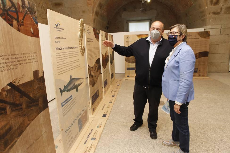 Rosa Quintana visitando la exposición El océano que nos une. FOTO: Xunta