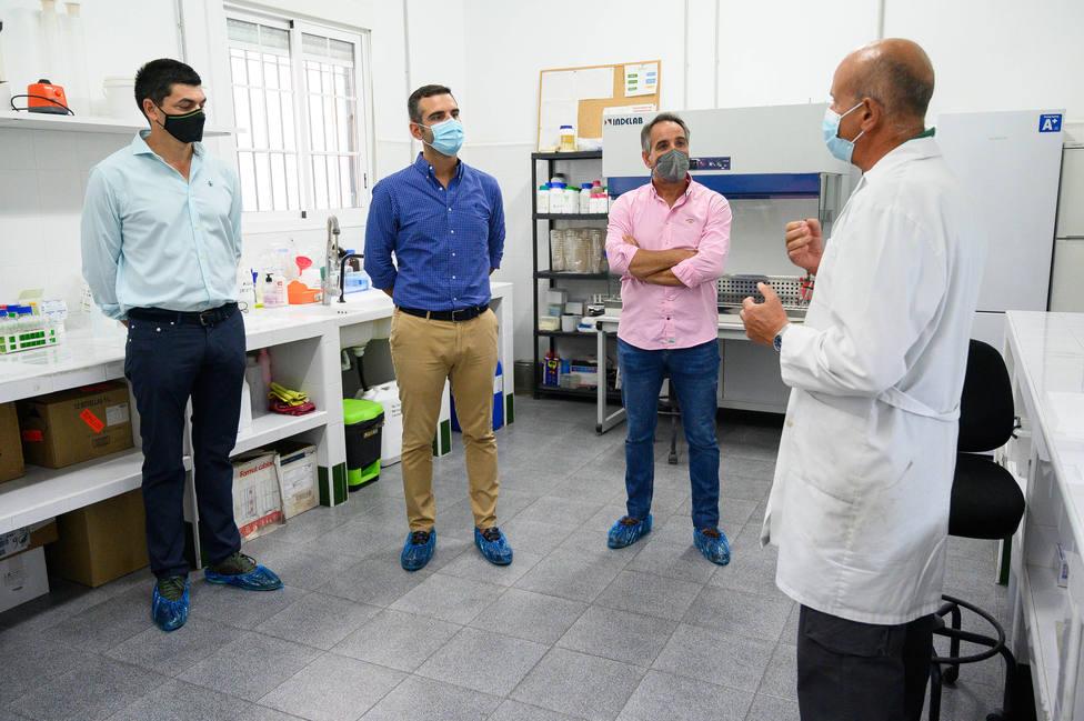 """El alcalde de Almería visita la empresa Viagro, """"referente"""" nacional en la industria auxiliar"""