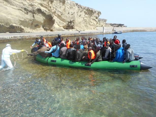Llegan 68 inmigrantes en una patera a la Isla de Alborán y Salvamento busca a otra barcaza