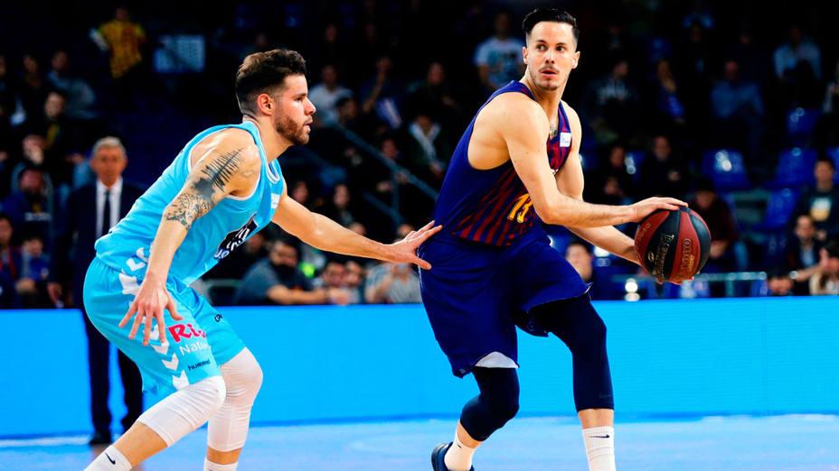 Thomas Heurtel con el balón ante el jugador del Breogan, Christian Díaz. EFE