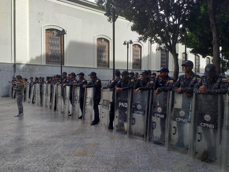 La oposición denuncia un despliegue de policías, militares y SEBIN en torno al Parlamento por un explosivo