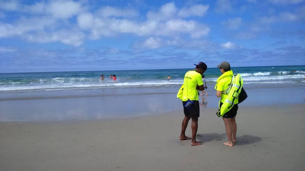 Socorristas en la Playa de las Catedrales