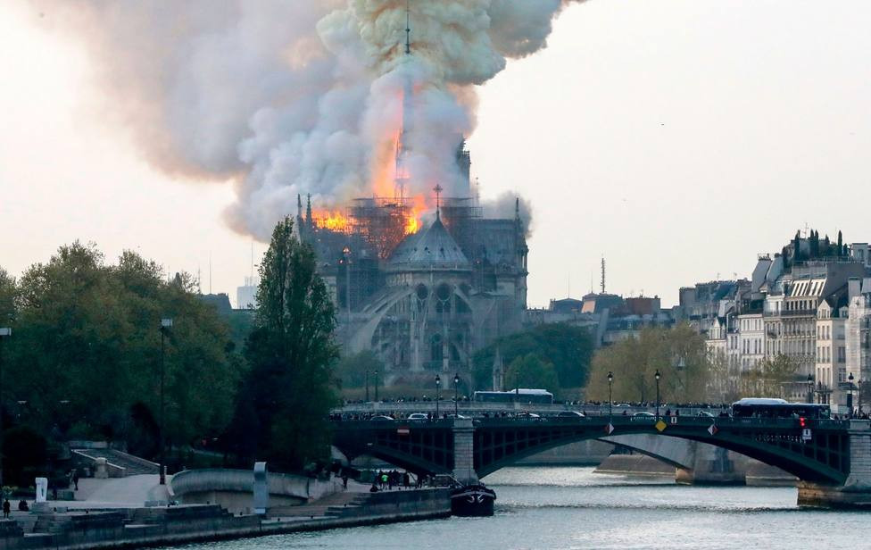 ctv-g24-notre-dame-cathedral-fire-2019-getty-images-dezeen-1-1704x1075