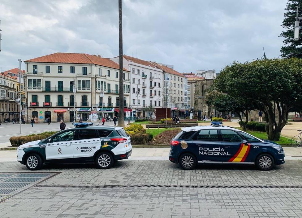Vehículos de la Policía Nacional y de la Guardia Civil en la Plaza de España de Pontevedra