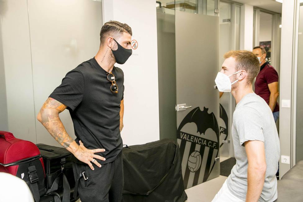 Piccini y Lato conversan en la ciudad deportiva de Paterna