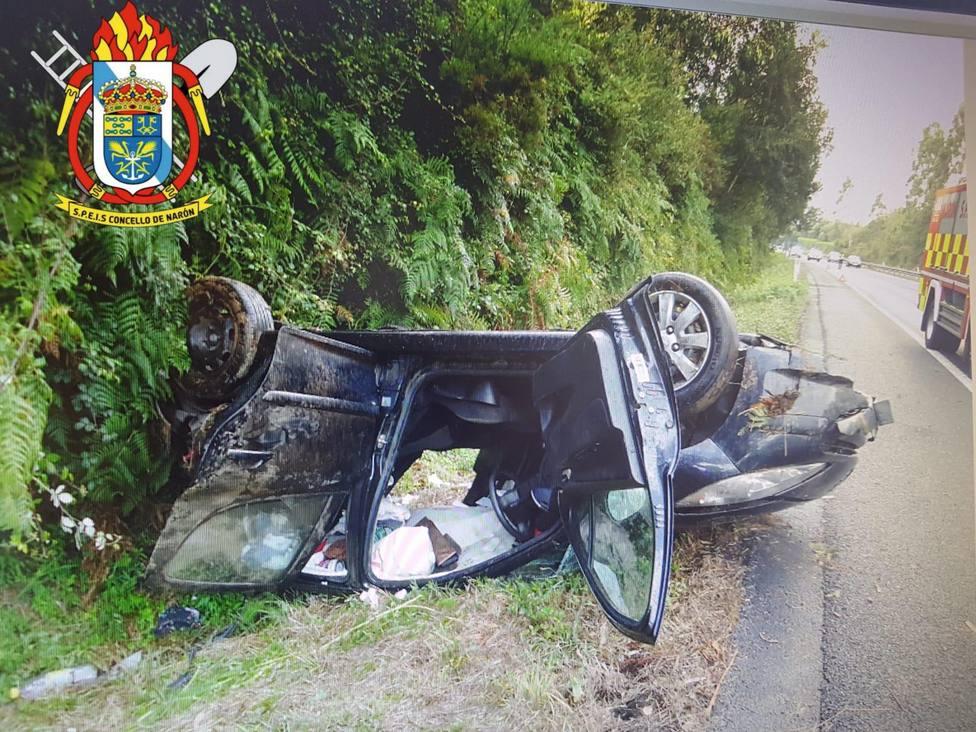 El vehículo quedó apoyado sobre el techo y con numerosos daños - FOTO: SPEIS Narón