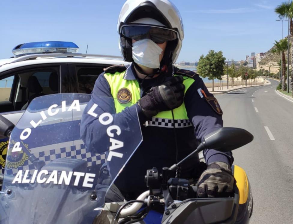 La detención fue llevada a cabo por una pareja de motoristas de la Policía Local (Ayuntamiento de Alicante)