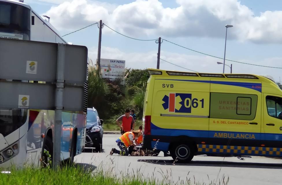 Los equipos sanitarios atendiendo al herido - FOTO: Juan B.