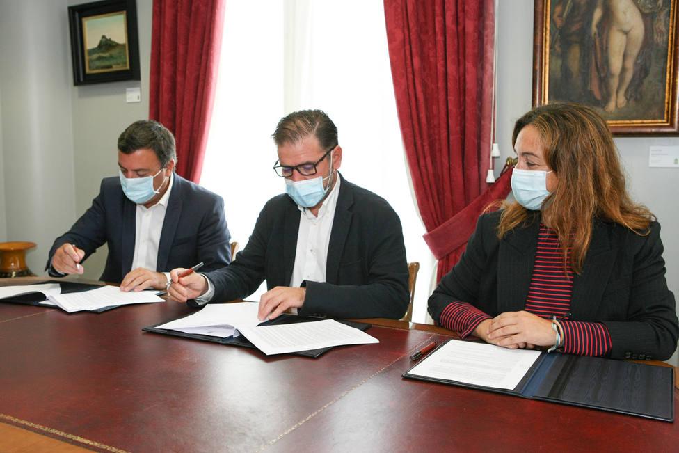 Firma entre el alcalde de Ferrol, el presidente de la Diputación y la diputada de Igualdad.FOTO: Diputación