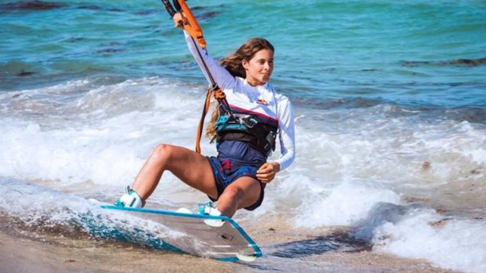 Gisela Pulido practicando kitesurf