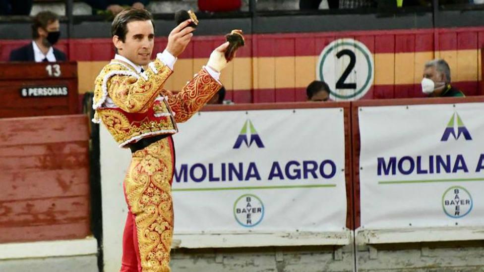 Juan Ortega, con las dos orejas que cortó este sábado en Jaén