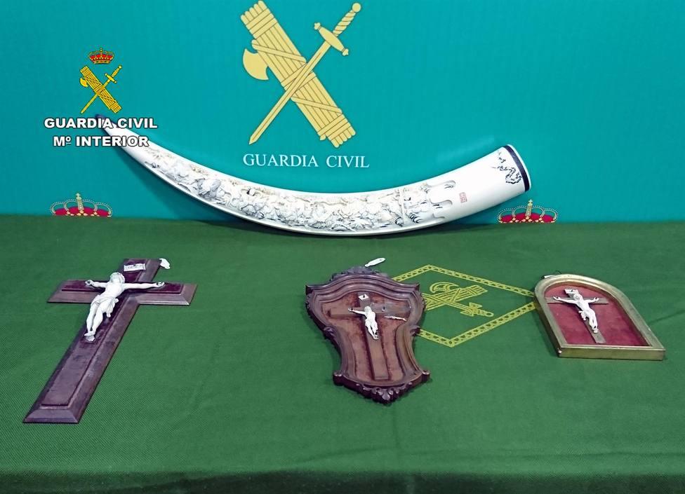 La Guardia Civil decomisa varias piezas de marfil tallado que un vecino de Lorca vendía por Internet