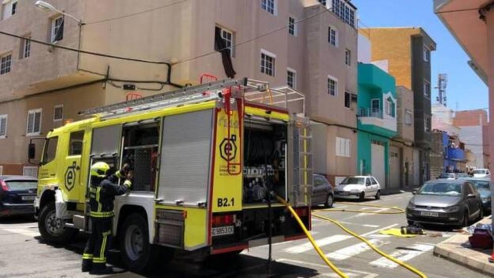 Dos mujeres atendidas por intoxicación de humo tras un incendio en un edificio de Vecindario (Gran Canaria)