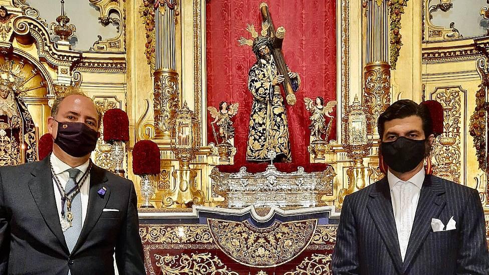 Félix Ríos y Morante de la Puebla junto al capote donado y la imagen de Jesús del Gran Poder