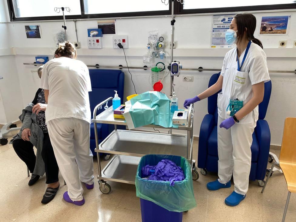 Profesionales sanitarios de Ferrol vacunando contra el coronavirus - FOTO: Sergas