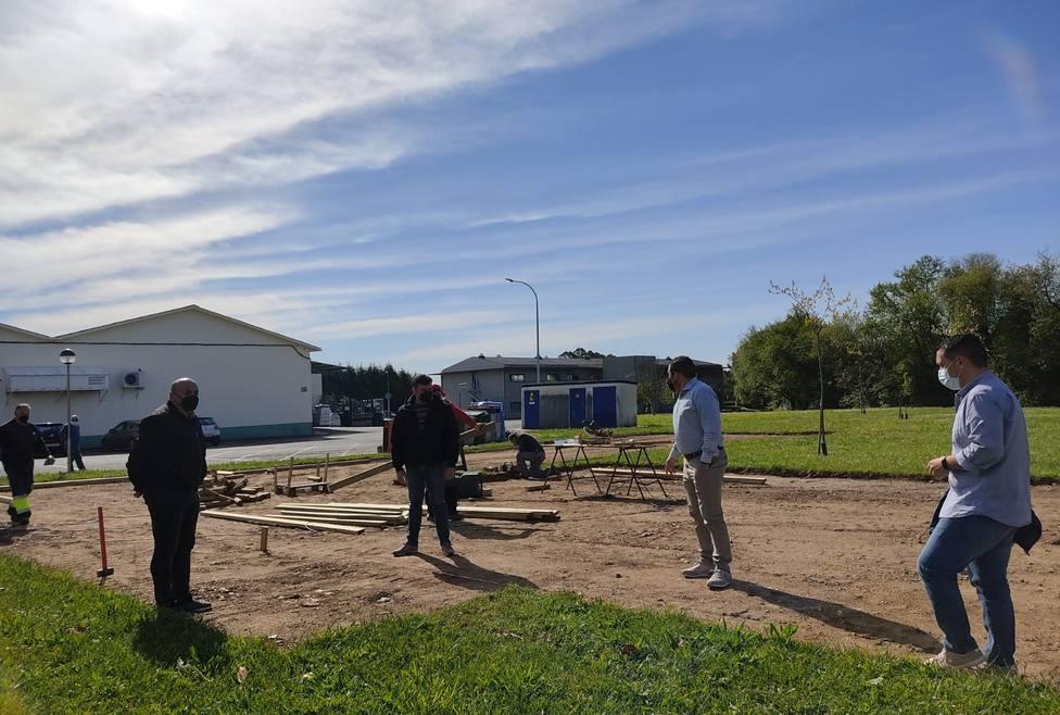 Miembros del gobierno naronés visitaron las obras del nuevo parque de O Val. FOTO: Concello de Narón
