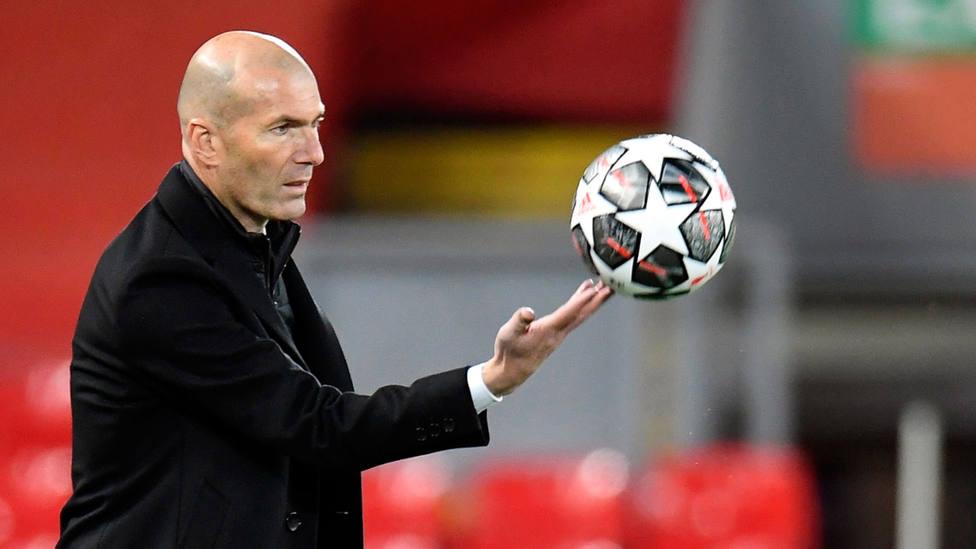 Zinedine Zidane, con el balón de la Champions League, durante la eliminatoria de cuartos de final. EFE