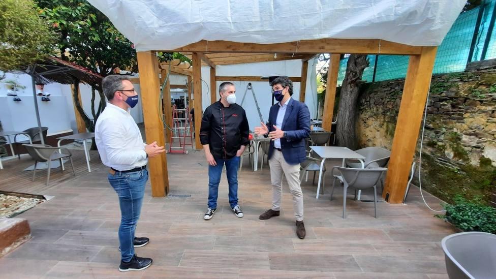 El delegado de la Xunta y el portavoz del PP ribadense visitan uno de los locales beneficiarios