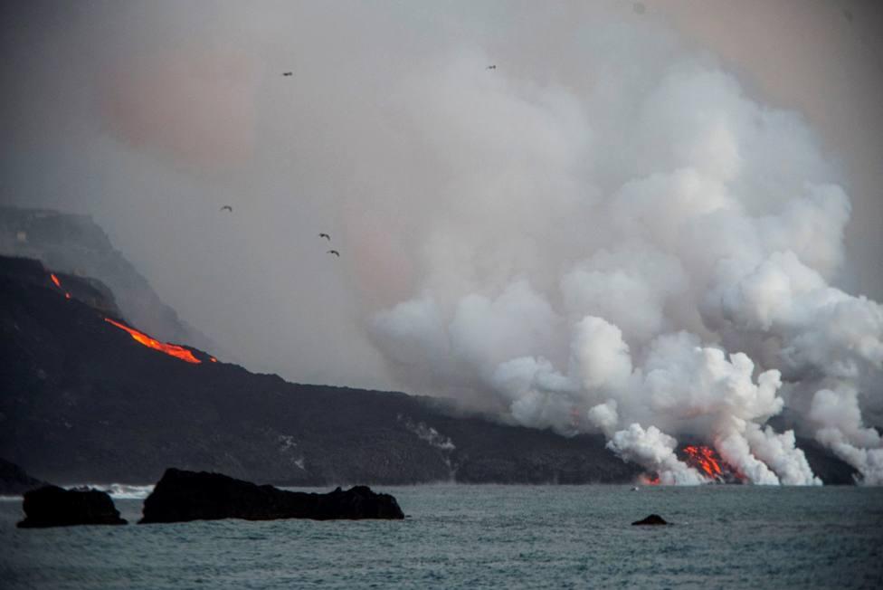 Una tercera lengua de lava del volcán de La Palma llega a la playa de El Charcón