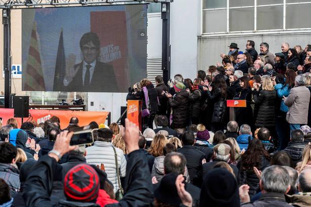 Puigdemont interviniendo por videoconferencia en el acto de Juntx Per Catalunya en Sant Julià de Ramis