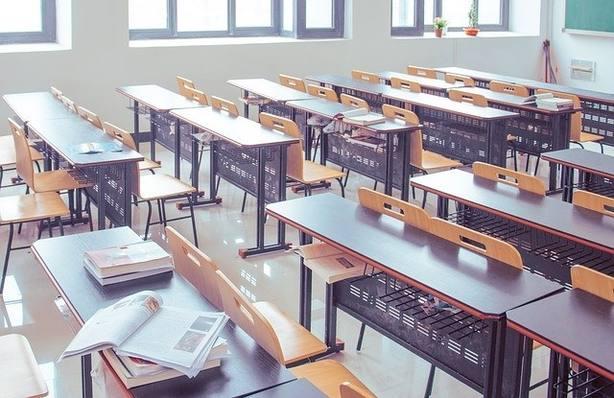 un aula vacía de alumnos