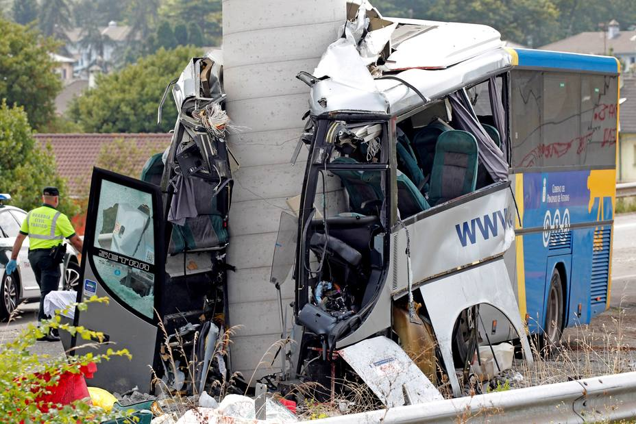 Al menos cuatro muertos al chocar un autobús con un pilar en Avilés