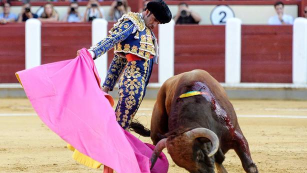 Larga a una mano de Emilio de Justo durante su actuación este jueves en Valladolid