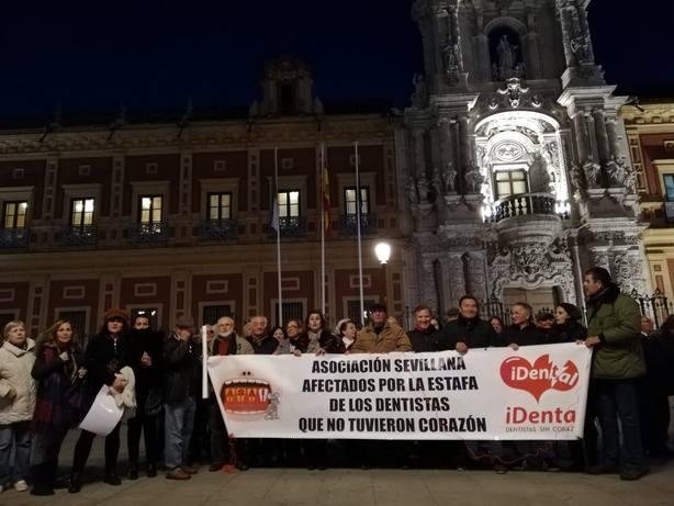 Cientos de afectados por el cierre de iDental en Sevilla y Córdoba se manifiestan por una salud bucodental pública