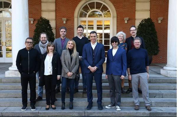 Sánchez recibe en Moncloa a colaboradores en la campaña #NiMediaBroma para agradecerles su participación desinteresada