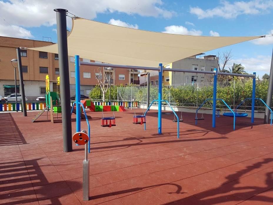 Parques y Jardines trabaja para que las áreas de juegos infantiles de barrios y pedanías tengan sombra