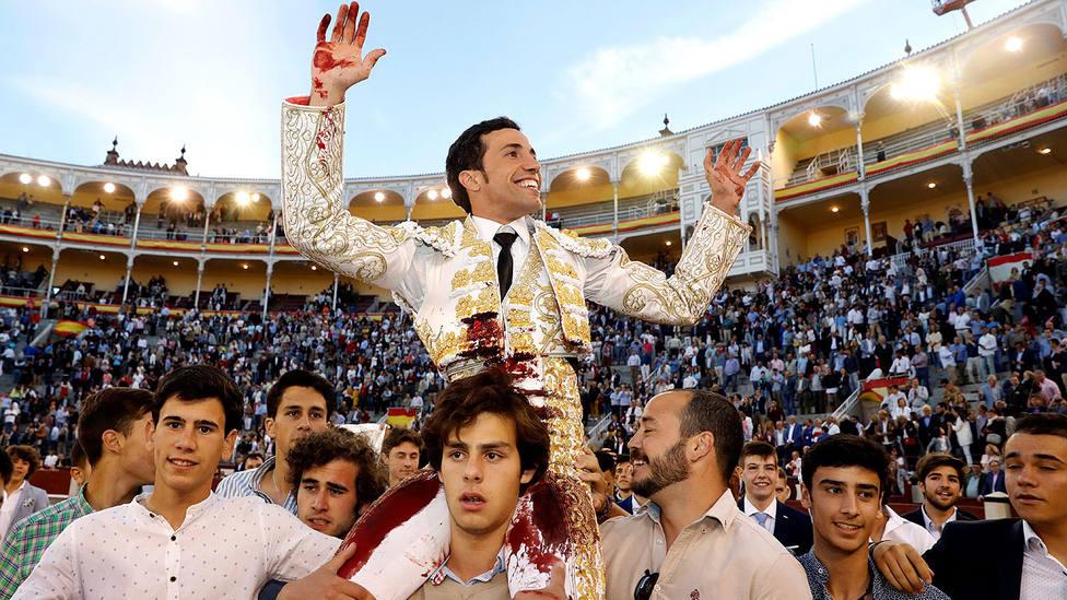 David de Miranda en su saiida a hombros de la plaza de Las Ventas en San Isidro