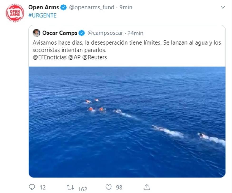 Migrantes del Open Arms se lanzan al agua para alcanzar Lampedusa (Italia)