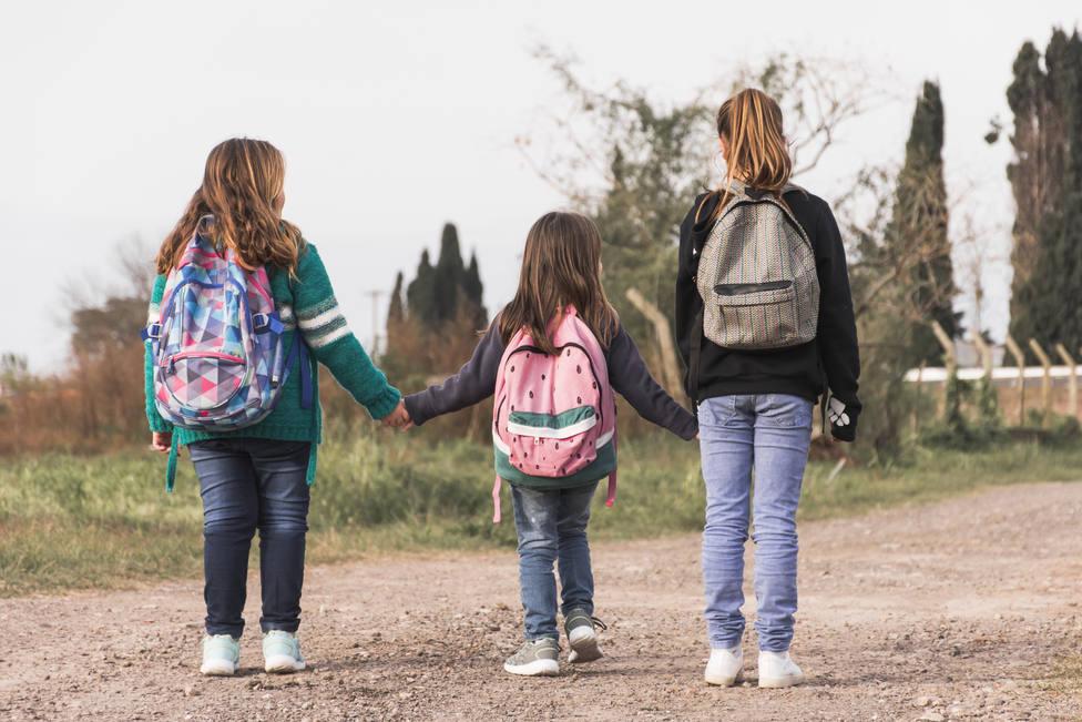 Niños andando al cole