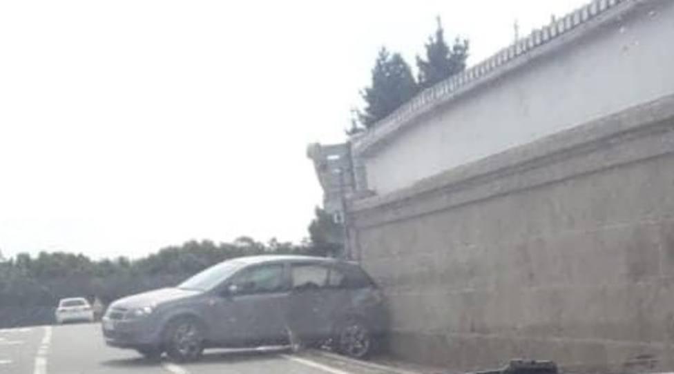 El vehículo acabó empotrado contra el cementerio de As Neves - FOTO: Tráfico Ferrolterra