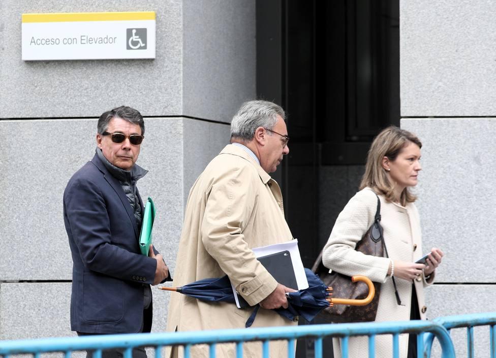 El expresidente madrileño Ignacio González y su abogado Esteban Maestre salen de la Audiencia Nacional tras testificar el primero en relación a la presunta financiación ilegal del PP en el caso Púnica, en Madrid (España), a 17 de octubre
