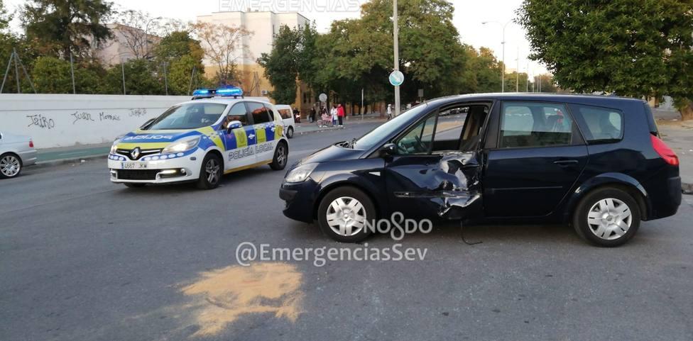 Herido de gravedad un menor al colisionar contra un turismo cuando conducía una motocicleta en Sevilla