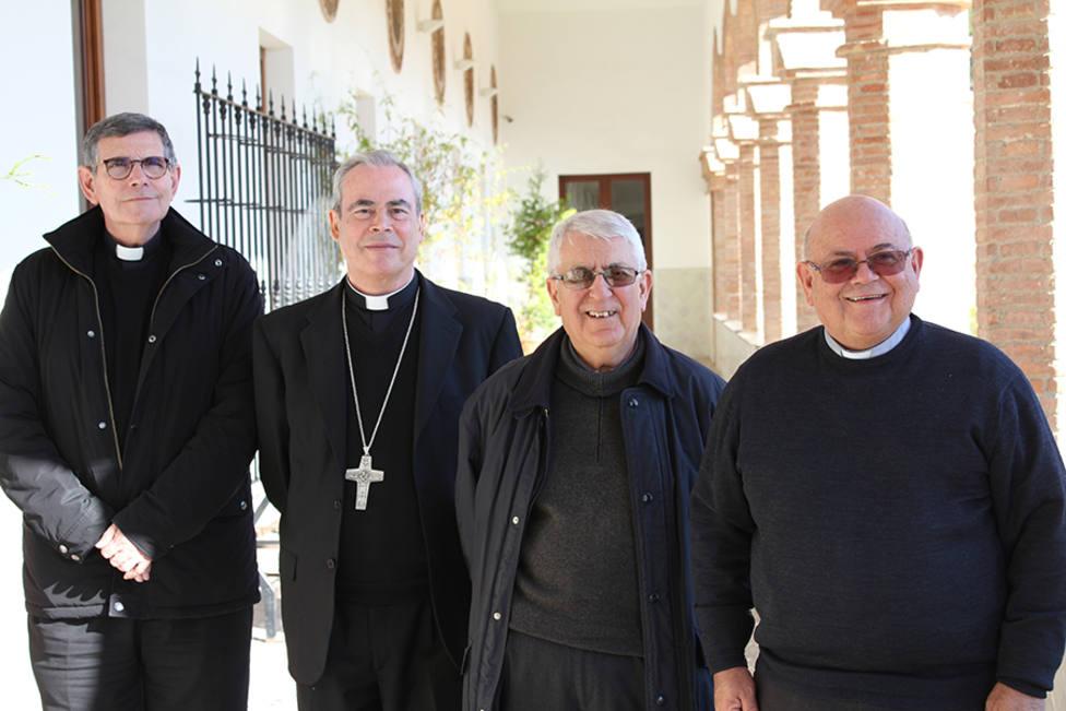 ElObispo de Málagales ha hecho entrega del reconocimiento en el Encuentro delPresbiterio y Seminario.