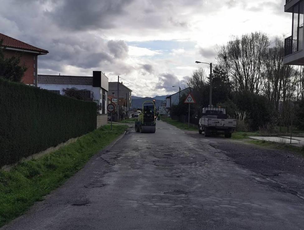 La brigada de Obras del ayuntamiento de Xinzo trabaja en una de las calles más deterioradas del casco urbano.