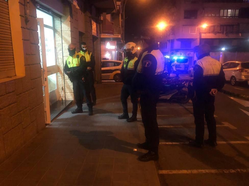 La Policía Local de Alicante sanciona a propietarios y clientes de dos bares abiertos fuera del horario