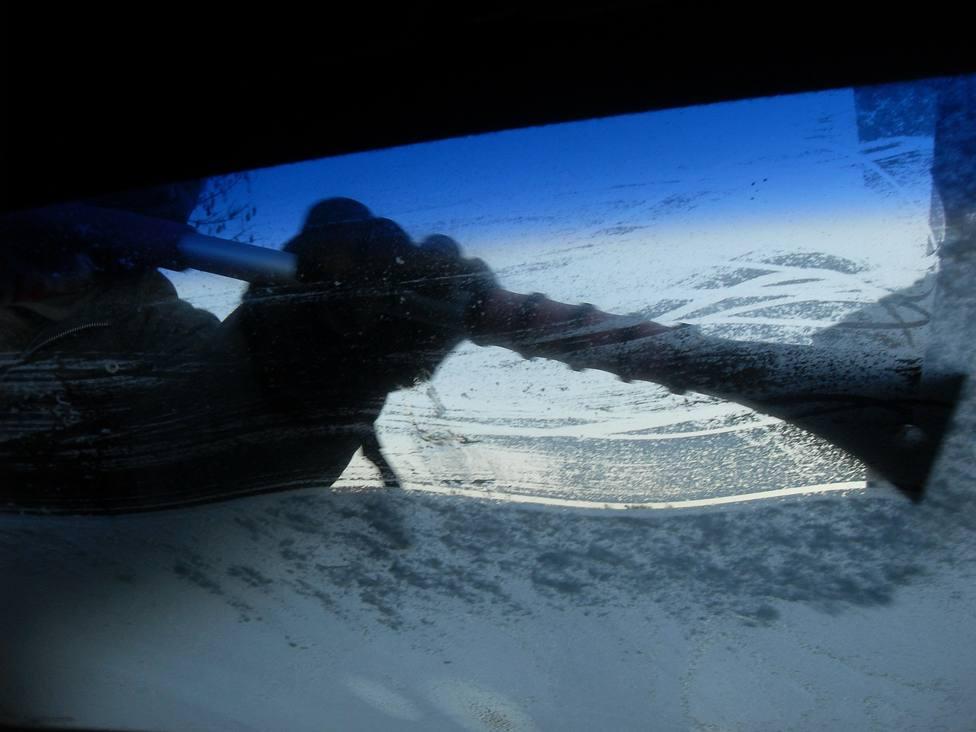 El truco más eficaz para eliminar el hielo del cristal de tu coche