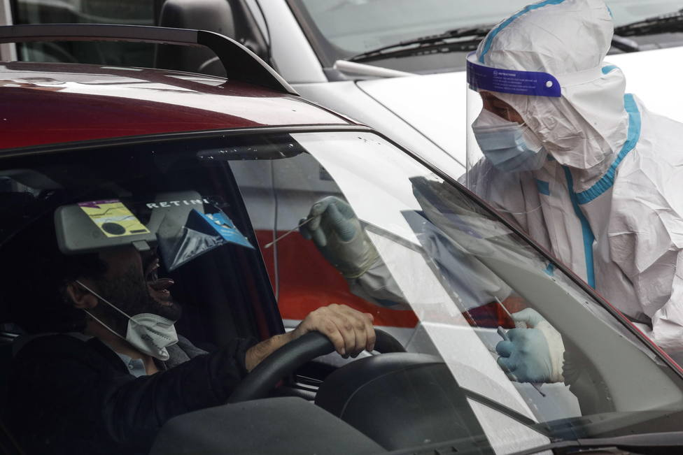 Foto de archivo de un sanitario haciendo una prueba PCR - FOTO: Europa Press / Giuseppe Lami