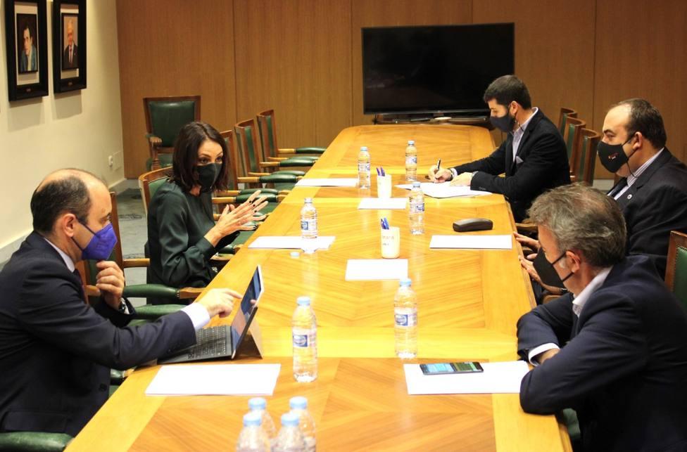 La consejera de Empresa se reúne con la junta directiva de la Cámara de Comercio de Lorca