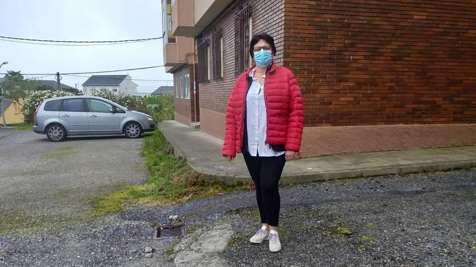 La viceportavoz del Partido Popular de Ribadeo, Elena Sierra, en el barrio de Justo Barreiro