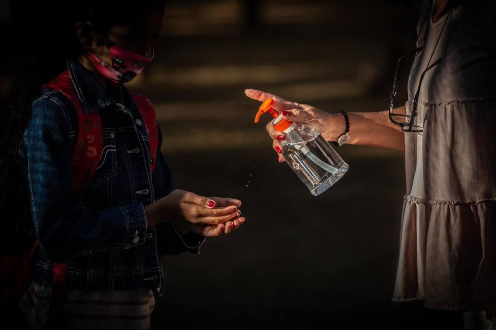 Una profesora administra gel desinfectante a un alumno - David Zorrakino - Europa Press - Archivo