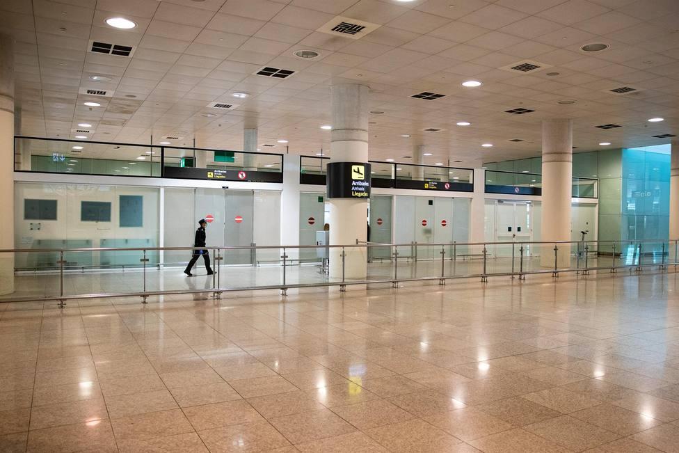 Un pasajero por las instalaciones del Aeropuerto del Prat - Xavier Bonilla - Europa Press - Archivo