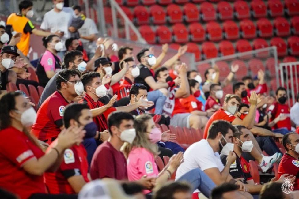 Aficionados del Real Mallorca siguiendo en directo el partido del Mallorca
