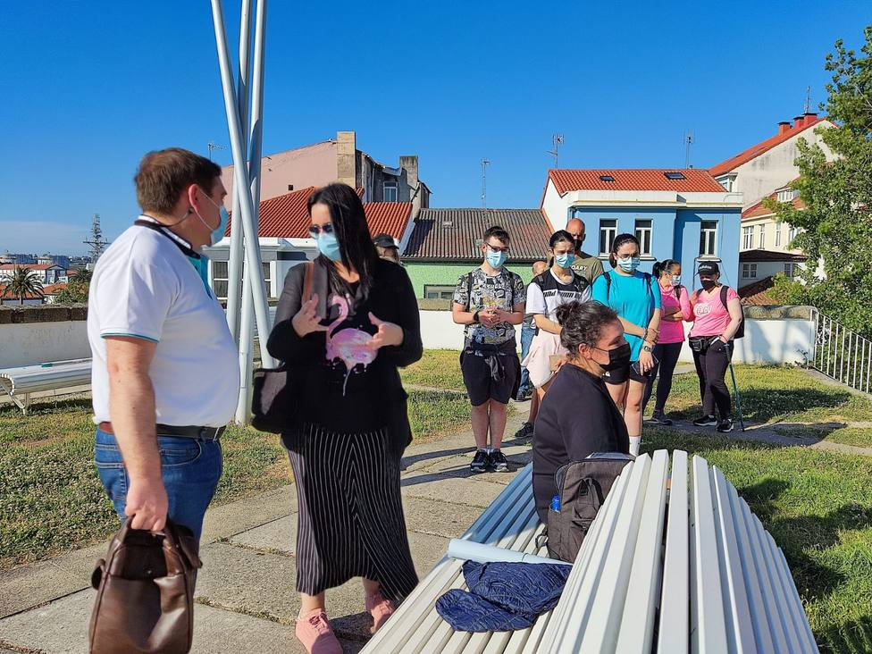 El alcalde de Fene, Juventino Trigo, con Eva Martínez en los jardines del Parador de Ferrol. FOTO: FERROL