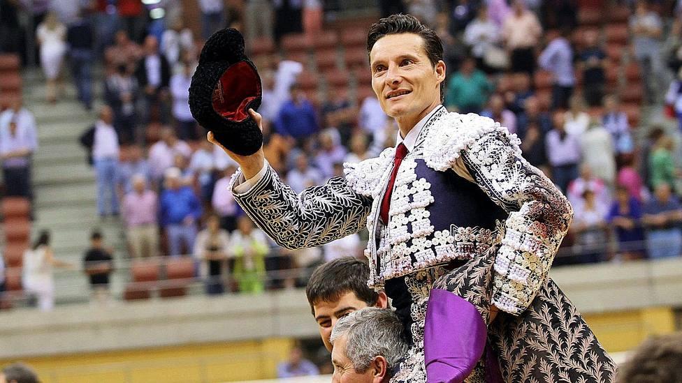 Diego Urdiales en una de sus muchas salidas a hombros en el coso de La Ribera de Logroño