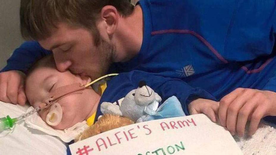 Desconectan al bebé británico Alfie Evans en contra de la voluntad de sus padres