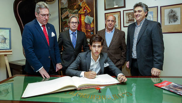 Álvaro Lorenzo firmando en el Libro de Honor del Club Cocherito de Bilbao